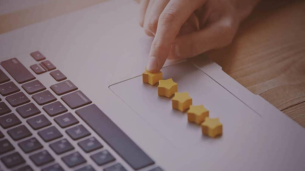 Notebook e peças amarelas