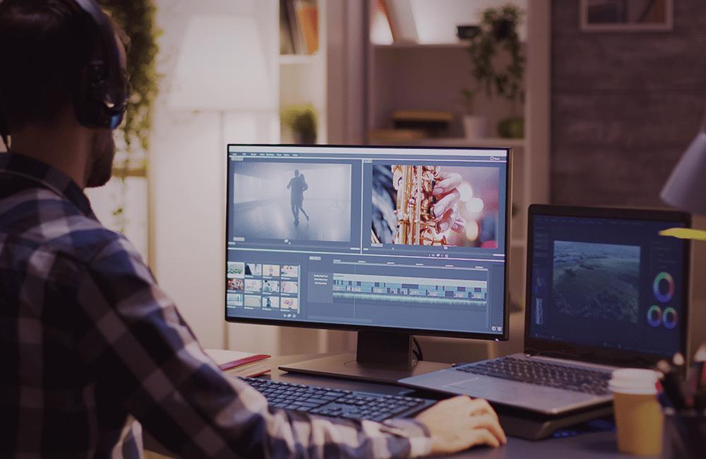 Pessoa editando vídeo em um software no computador