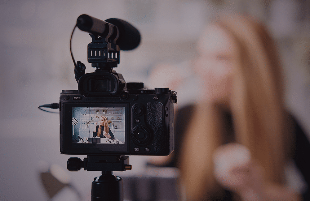 Pessoa gravando um vídeo de frente para a câmera